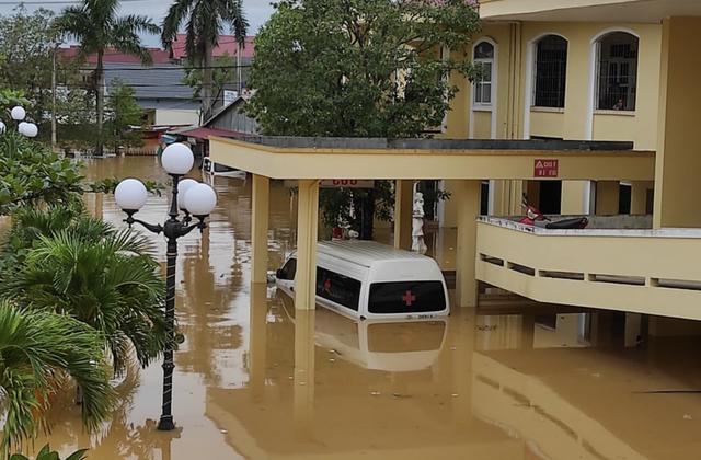 Quảng Bình: Bệnh viện chìm trong biển nước, sản phụ phải chuyển lên khoa Hồi sức tránh lũ, bệnh nhân và bác sĩ chia nhau phần thức ăn ít ỏi - Ảnh 7.