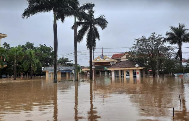 Quảng Bình: Bệnh viện chìm trong biển nước, sản phụ phải chuyển lên khoa Hồi sức tránh lũ, bệnh nhân và bác sĩ chia nhau phần thức ăn ít ỏi - Ảnh 8.