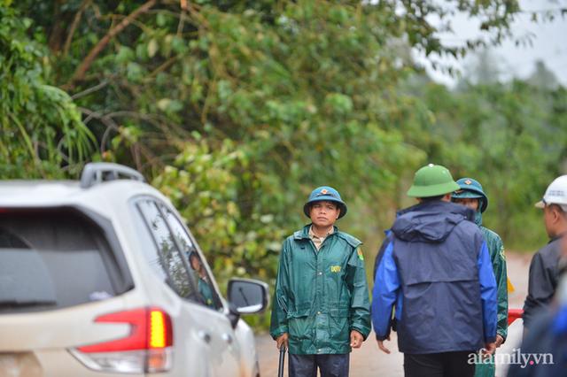 Xe chở thi thể 14 cán bộ, chiến sĩ gặp nạn ở Quảng Trị rời khỏi hiện trường đau thương: Nghẹn lòng đoàn người đứng dưới mưa mong chờ một phép màu - Ảnh 9.