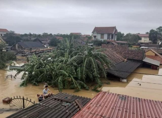 Quảng Bình: Bệnh viện chìm trong biển nước, sản phụ phải chuyển lên khoa Hồi sức tránh lũ, bệnh nhân và bác sĩ chia nhau phần thức ăn ít ỏi - Ảnh 9.