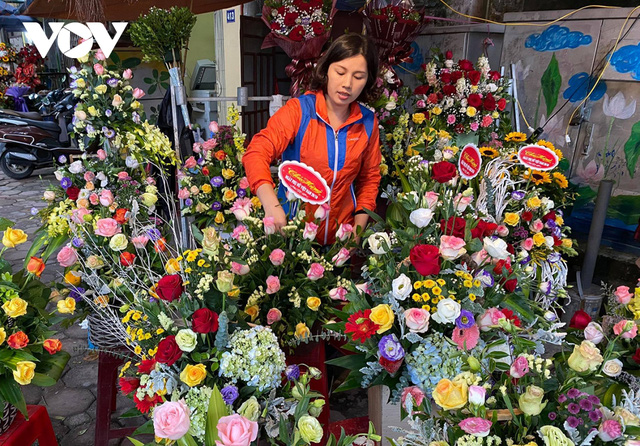 Thị trường hoa tươi ngày 20/10 trầm lắng, nhiều phụ nữ từ chối nhận hoa, quà  - Ảnh 1.