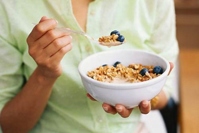 8 điều không nên làm vào buổi sáng để sống khỏe hơn - Ảnh 4.