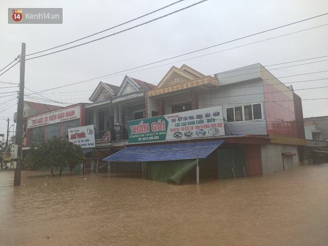 Tình người trong cơn lũ lịch sử ở Quảng Bình: Dân đội mưa lạnh, ăn mỳ tôm sống đi cứu trợ nhà ngập lụt - Ảnh 1.