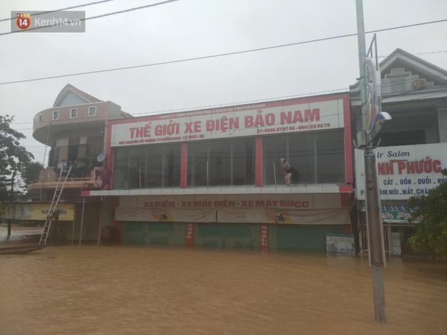 Tình người trong cơn lũ lịch sử ở Quảng Bình: Dân đội mưa lạnh, ăn mỳ tôm sống đi cứu trợ nhà ngập lụt - Ảnh 2.