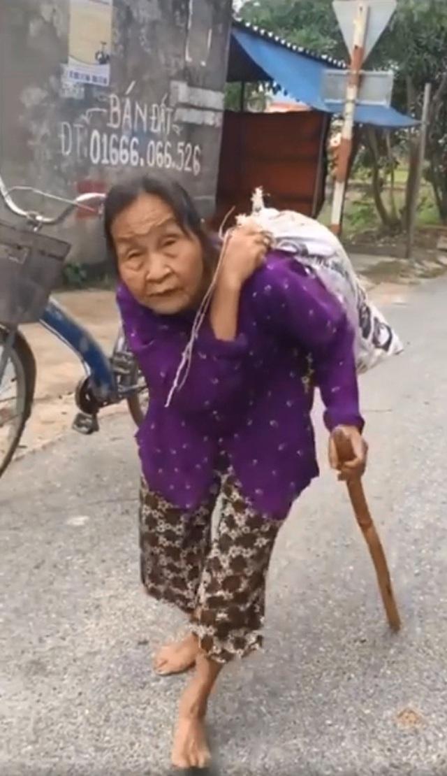 Clip: Cụ bà ở Hải Dương cõng bao quần áo và mì tôm gửi xe ủng hộ miền Trung, món quà nhỏ nhưng giàu nghĩa tình khiến nhiều người xúc động - Ảnh 2.