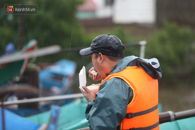 Tình người trong cơn lũ lịch sử ở Quảng Bình: Dân đội mưa lạnh, ăn mỳ tôm sống đi cứu trợ nhà ngập lụt - Ảnh 11.