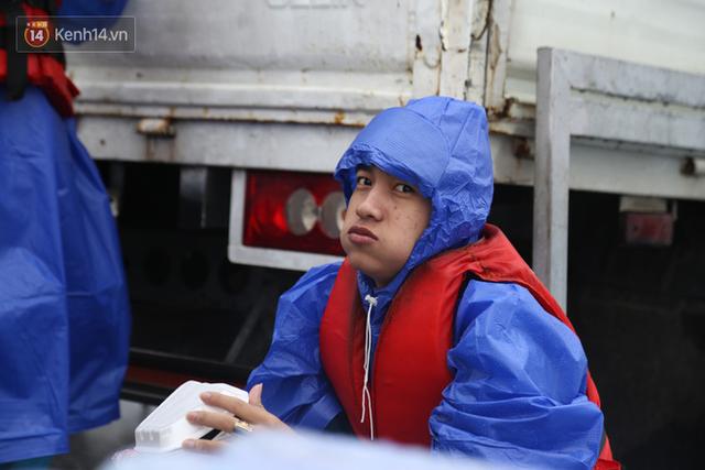 Tình người trong cơn lũ lịch sử ở Quảng Bình: Dân đội mưa lạnh, ăn mỳ tôm sống đi cứu trợ nhà ngập lụt - Ảnh 12.