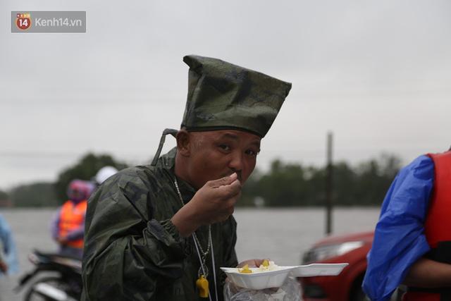Tình người trong cơn lũ lịch sử ở Quảng Bình: Dân đội mưa lạnh, ăn mỳ tôm sống đi cứu trợ nhà ngập lụt - Ảnh 13.