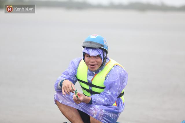 Tình người trong cơn lũ lịch sử ở Quảng Bình: Dân đội mưa lạnh, ăn mỳ tôm sống đi cứu trợ nhà ngập lụt - Ảnh 15.