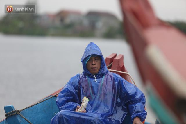 Tình người trong cơn lũ lịch sử ở Quảng Bình: Dân đội mưa lạnh, ăn mỳ tôm sống đi cứu trợ nhà ngập lụt - Ảnh 16.