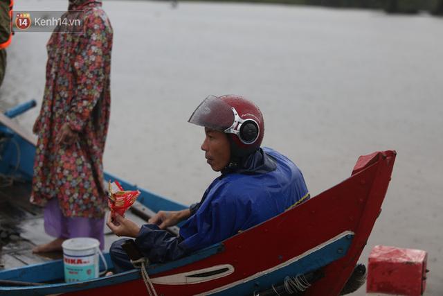 Tình người trong cơn lũ lịch sử ở Quảng Bình: Dân đội mưa lạnh, ăn mỳ tôm sống đi cứu trợ nhà ngập lụt - Ảnh 17.