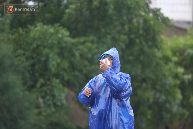 Tình người trong cơn lũ lịch sử ở Quảng Bình: Dân đội mưa lạnh, ăn mỳ tôm sống đi cứu trợ nhà ngập lụt - Ảnh 18.