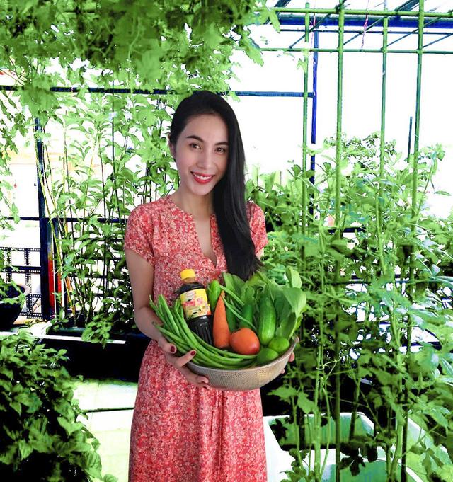 Cuộc sống giản đơn của vợ chồng Công Vinh - Thuỷ Tiên: Cùng nhau chăm sóc vườn rau sạch, tự tay thu hoạch củ quả, ăn không hết đem tặng hàng xóm - Ảnh 14.