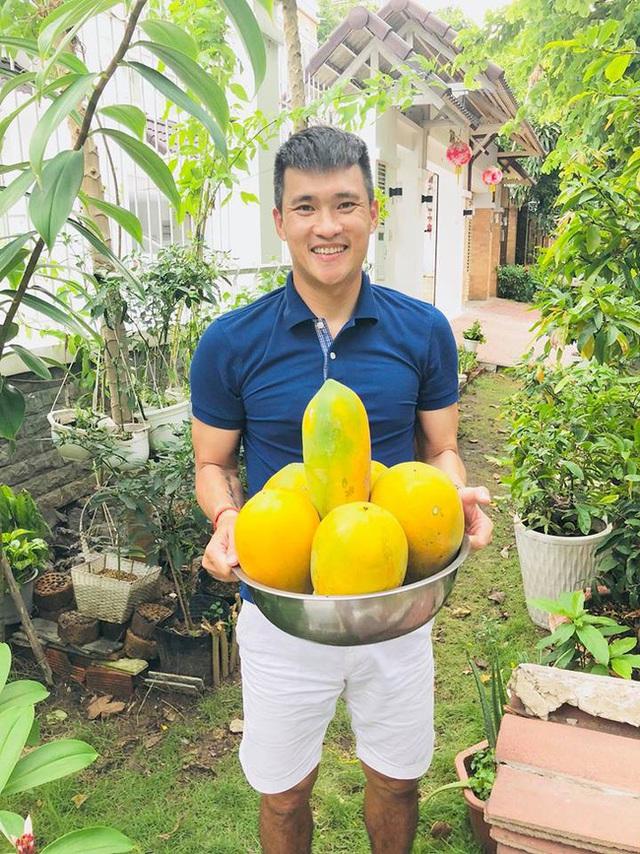 Cuộc sống giản đơn của vợ chồng Công Vinh - Thuỷ Tiên: Cùng nhau chăm sóc vườn rau sạch, tự tay thu hoạch củ quả, ăn không hết đem tặng hàng xóm - Ảnh 15.