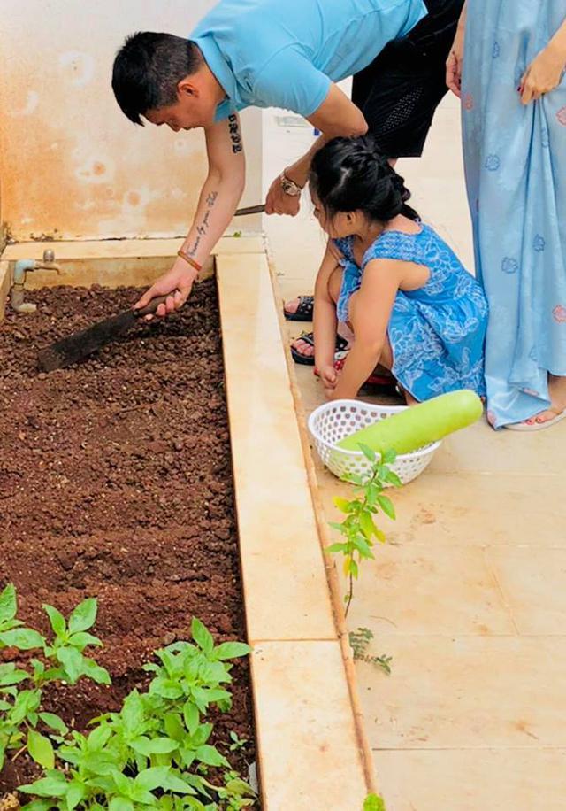 Cuộc sống giản đơn của vợ chồng Công Vinh - Thuỷ Tiên: Cùng nhau chăm sóc vườn rau sạch, tự tay thu hoạch củ quả, ăn không hết đem tặng hàng xóm - Ảnh 6.