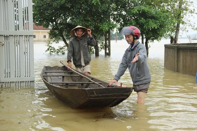 Nước sông Lam dâng cao, Nghệ An ngập lụt trên diện rộng - Ảnh 2.