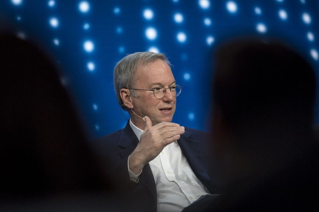 Cựu CEO Google, người đã mua YouTube với giá cao, cho rằng mạng xã hội là bộ khuếch đại cho những kẻ ngốc - Ảnh 1.