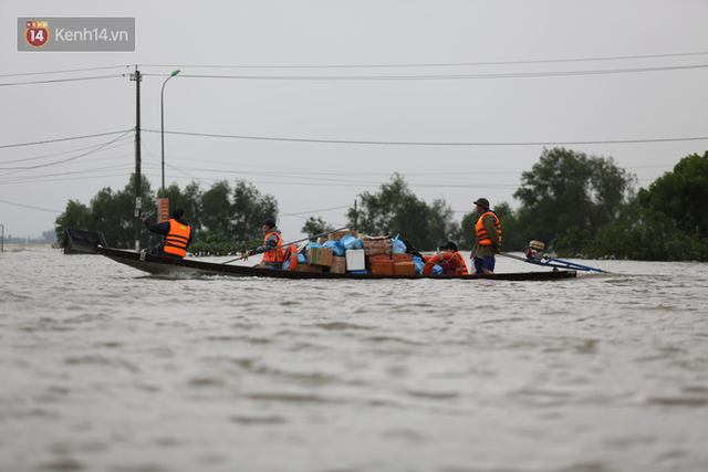 Hơn 2 tuần chịu trận lũ lịch sử, người dân Quảng Bình vẫn phải leo nóc nhà, bơi giữa dòng nước lũ cầu cứu đồ ăn - Ảnh 3.