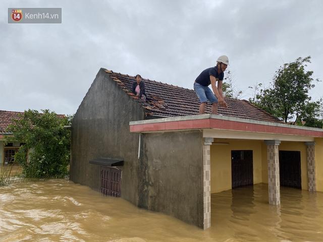 Hơn 2 tuần chịu trận lũ lịch sử, người dân Quảng Bình vẫn phải leo nóc nhà, bơi giữa dòng nước lũ cầu cứu đồ ăn - Ảnh 13.