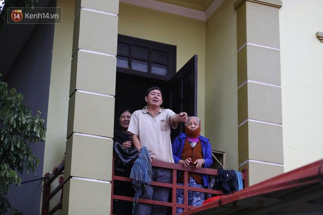 Hơn 2 tuần chịu trận lũ lịch sử, người dân Quảng Bình vẫn phải leo nóc nhà, bơi giữa dòng nước lũ cầu cứu đồ ăn - Ảnh 16.