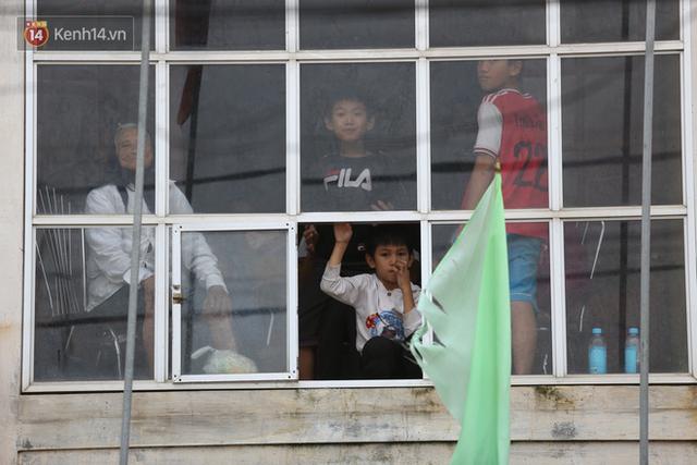 Hơn 2 tuần chịu trận lũ lịch sử, người dân Quảng Bình vẫn phải leo nóc nhà, bơi giữa dòng nước lũ cầu cứu đồ ăn - Ảnh 17.