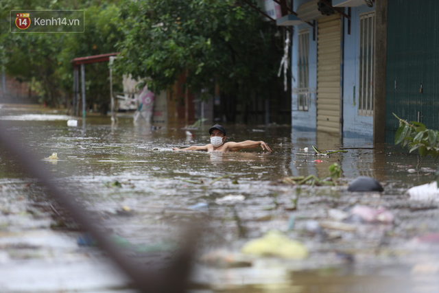 Hơn 2 tuần chịu trận lũ lịch sử, người dân Quảng Bình vẫn phải leo nóc nhà, bơi giữa dòng nước lũ cầu cứu đồ ăn - Ảnh 19.