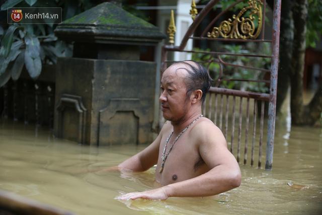 Hơn 2 tuần chịu trận lũ lịch sử, người dân Quảng Bình vẫn phải leo nóc nhà, bơi giữa dòng nước lũ cầu cứu đồ ăn - Ảnh 20.