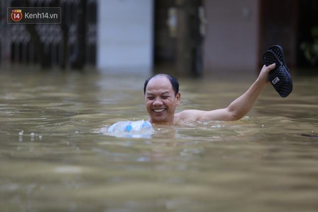 Hơn 2 tuần chịu trận lũ lịch sử, người dân Quảng Bình vẫn phải leo nóc nhà, bơi giữa dòng nước lũ cầu cứu đồ ăn - Ảnh 21.