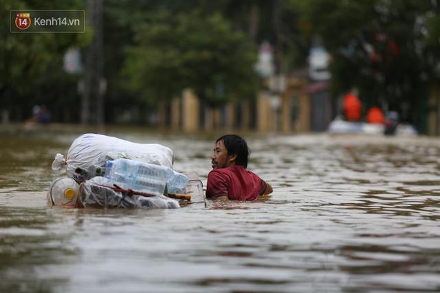 Hơn 2 tuần chịu trận lũ lịch sử, người dân Quảng Bình vẫn phải leo nóc nhà, bơi giữa dòng nước lũ cầu cứu đồ ăn - Ảnh 22.
