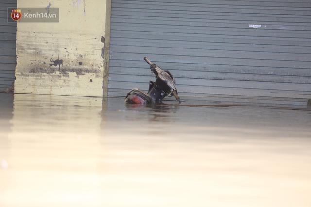 Hơn 2 tuần chịu trận lũ lịch sử, người dân Quảng Bình vẫn phải leo nóc nhà, bơi giữa dòng nước lũ cầu cứu đồ ăn - Ảnh 24.