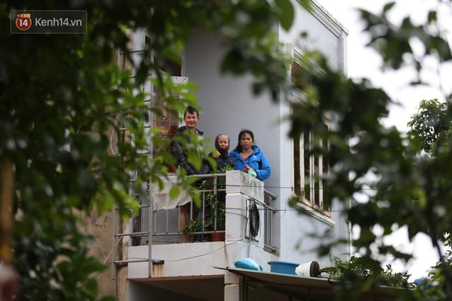 Hơn 2 tuần chịu trận lũ lịch sử, người dân Quảng Bình vẫn phải leo nóc nhà, bơi giữa dòng nước lũ cầu cứu đồ ăn - Ảnh 6.