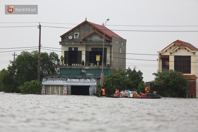 Hơn 2 tuần chịu trận lũ lịch sử, người dân Quảng Bình vẫn phải leo nóc nhà, bơi giữa dòng nước lũ cầu cứu đồ ăn - Ảnh 7.