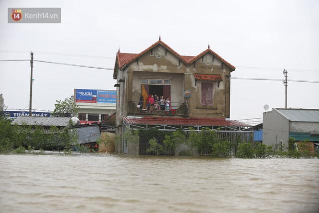 Hơn 2 tuần chịu trận lũ lịch sử, người dân Quảng Bình vẫn phải leo nóc nhà, bơi giữa dòng nước lũ cầu cứu đồ ăn - Ảnh 8.