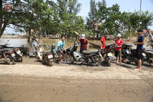Tình người nơi lũ dữ đi qua: Hàng ngàn xe máy hỏng vì chìm trong biển nước, nhóm thợ tình nguyện sửa miễn phí cho bà con - Ảnh 11.