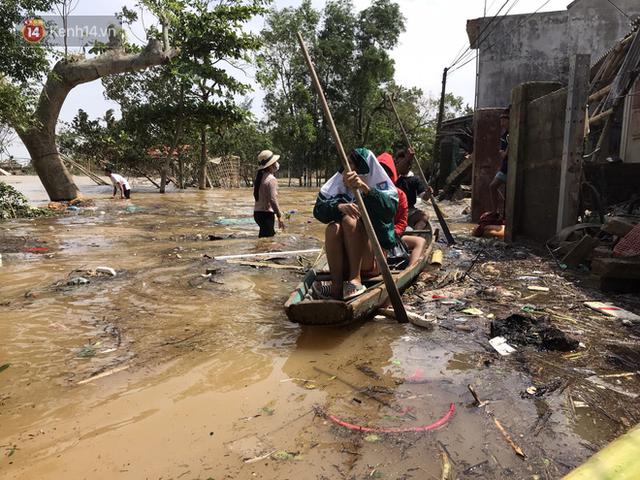 Ảnh: Người dân Quảng Bình bì bõm bơi trong biển rác sau trận lũ lịch sử, nguy cơ lây nhiễm bệnh tật - Ảnh 13.