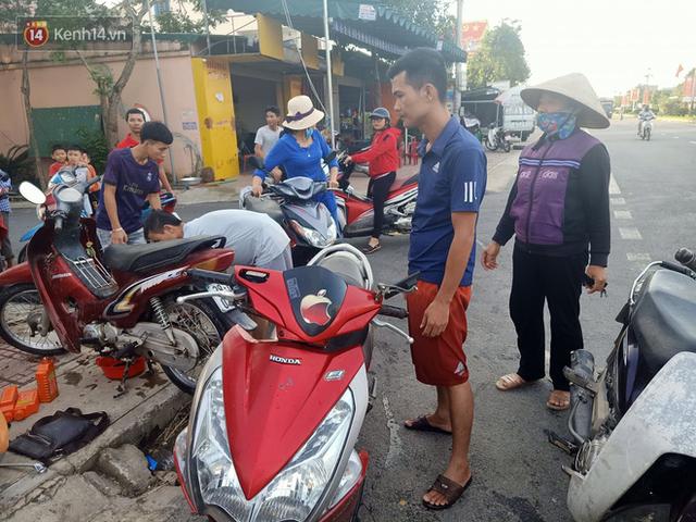 Tình người nơi lũ dữ đi qua: Hàng ngàn xe máy hỏng vì chìm trong biển nước, nhóm thợ tình nguyện sửa miễn phí cho bà con - Ảnh 15.