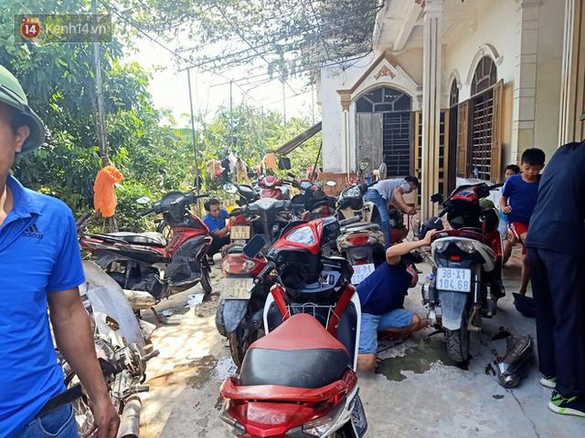 Tình người nơi lũ dữ đi qua: Hàng ngàn xe máy hỏng vì chìm trong biển nước, nhóm thợ tình nguyện sửa miễn phí cho bà con - Ảnh 18.