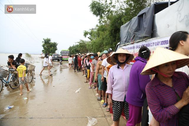 Tình người nơi lũ dữ đi qua: Hàng ngàn xe máy hỏng vì chìm trong biển nước, nhóm thợ tình nguyện sửa miễn phí cho bà con - Ảnh 6.
