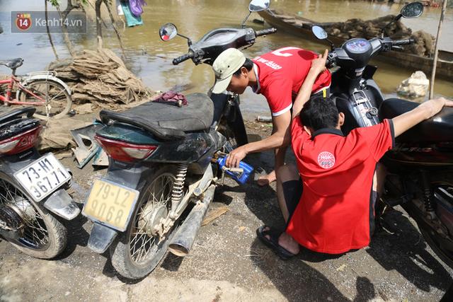Tình người nơi lũ dữ đi qua: Hàng ngàn xe máy hỏng vì chìm trong biển nước, nhóm thợ tình nguyện sửa miễn phí cho bà con - Ảnh 10.