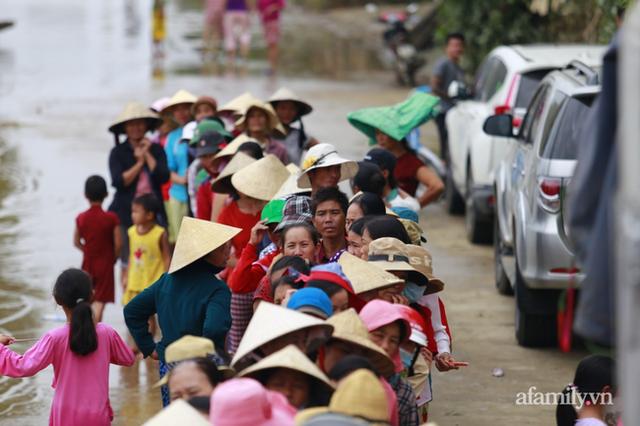 Câu chuyện cứu trợ sau trận đại hồng thủy ở Quảng Bình: Điều tiết thế nào để tránh tình trạng người dân nơi thừa, nơi thiếu - Ảnh 1.