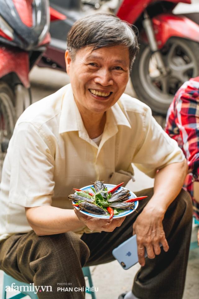 Bánh cuốn cà cuống: Món ăn tưởng đã thất truyền, nào ngờ vẫn được người phụ nữ 30 năm bán trên phố Nguyễn Khuyến gìn giữ, ai ăn thử một lần nghiện đến khó quên - Ảnh 11.