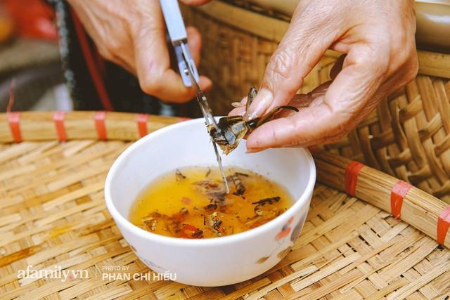 Bánh cuốn cà cuống: Món ăn tưởng đã thất truyền, nào ngờ vẫn được người phụ nữ 30 năm bán trên phố Nguyễn Khuyến gìn giữ, ai ăn thử một lần nghiện đến khó quên - Ảnh 12.