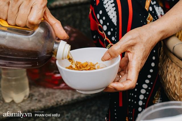 Bánh cuốn cà cuống: Món ăn tưởng đã thất truyền, nào ngờ vẫn được người phụ nữ 30 năm bán trên phố Nguyễn Khuyến gìn giữ, ai ăn thử một lần nghiện đến khó quên - Ảnh 14.