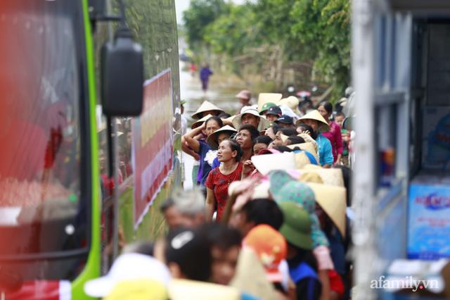 Câu chuyện cứu trợ sau trận đại hồng thủy ở Quảng Bình: Điều tiết thế nào để tránh tình trạng người dân nơi thừa, nơi thiếu - Ảnh 3.
