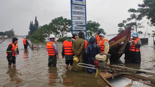 Câu chuyện cứu trợ sau trận đại hồng thủy ở Quảng Bình: Điều tiết thế nào để tránh tình trạng người dân nơi thừa, nơi thiếu - Ảnh 4.