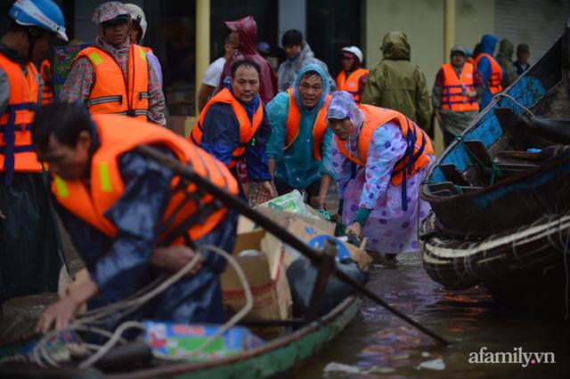 Câu chuyện cứu trợ sau trận đại hồng thủy ở Quảng Bình: Điều tiết thế nào để tránh tình trạng người dân nơi thừa, nơi thiếu - Ảnh 6.
