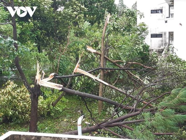 Bão số 9 vào bờ, hàng trăm ngôi nhà bị tốc mái, nhiều nơi mất điện  - Ảnh 2.