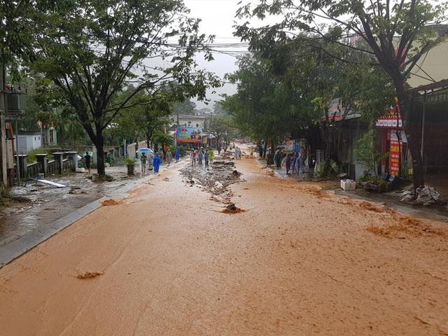 Đất đá đổ sập xuống khu dân cư, nhiều người bị vùi lấp may mắn thoát nạn - Ảnh 3.