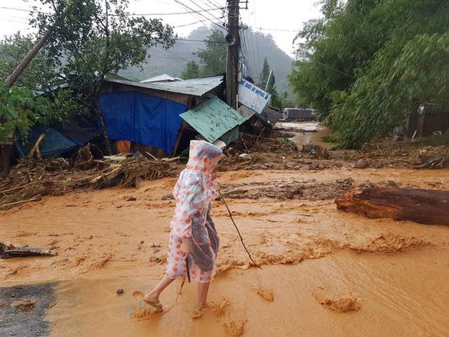 Đất đá đổ sập xuống khu dân cư, nhiều người bị vùi lấp may mắn thoát nạn - Ảnh 6.
