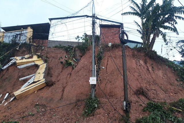 Đất đá đổ sập xuống khu dân cư, nhiều người bị vùi lấp may mắn thoát nạn - Ảnh 8.